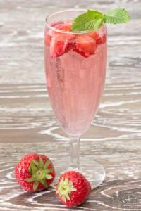Erdbeerbowle mit Früchten im Sektglas