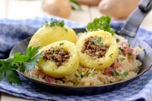 Gefllte Kartoffelkndel mit Speckkraut in der Pfanne serviert