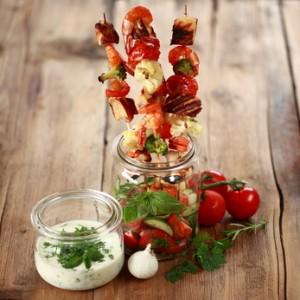 sommerlich leichte Putenspieße mit Gemüse und Joghurt-Dip